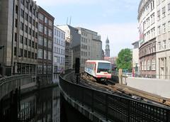 Hochbahn am Mönkedamm, lks. das Mönkedammfleet - im Hintergrund der Kirchturm der St. Michaeliskirche (2004)