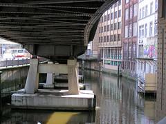 Unter der Hochbahnstrecke liegt das Mönkedammfleet - Kontorhäuser in der Hamburger Altstadt. (2004)