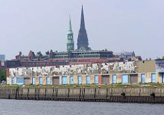 Blick vom Petersenkai über den Hamburger Baakenhafen zu den Lagerschuppen am Versmannkai - im Hintergrund die Kirchtürme der St. Nikolaikirche / St. Katharinenkirche.