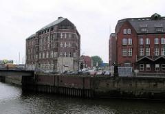 Altere Aufnahme vom Teerhof, Blick über den Hamburger Zollkanal; lks. der Wandrahmsteg, dahinter die alte Tankstelle auf der Ericusspitze. (2004)