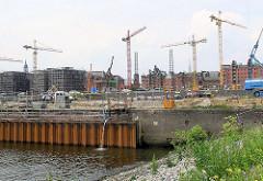 Dalmannkai im Grasbrookhafen - im Hintergrund Bauarbeiten am Sandtorkai / Sandtorhafen. ( 2004 )