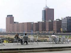 Blick vom Grasbrookhafen zu den Bürogebäuden am Sandtorhafen / Sandtorkai. ( 2004 )