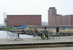 Terrasse mit Stühlen am Grasbrookhafen - im Hintergrund der Kaispeicher A und Bürogebäude am Kehrwieder. ( 2004 ). ( 2004 )