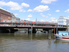 Fotos aus dem Hamburger Stadtteil Neustadt, Bezirk Hamburg Mitte; Mündung vom Alsterfleet in den Binnenhafen - Hochbahnbrücke mit Zug (2004).