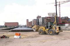 Baggerarbeiten / Bauarbeiten an der Maggelan-Terrasse im Hamburger Sandtorhafen - Baustellen am Sandtorkai, im Hintergrund der Kaispeicher A. (2004)