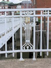 Jugendstildecor am Brückengeländer der Ericusbrücke am Ericusgraben, Hafencity Hamburg.