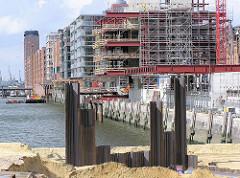 Bauarbeiten im Hamburger Sandtorhafen, Entstehung von Bürogebäuden in der Hafencity am Sandtorkai. (2004)