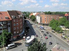 Luftaufnahme vom Marktplatz in Hamburg Winterhude - Blick Richtung Hudtwalckerstraße; im Vordergrund die Einmündung zur Barmbeker Straße.