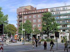 Blick über den Winterhuder Marktplatz zur Ohlsdorfer Straße in Hamburg Winterhude - Klinkerarchitektur der 1930er Jahre - Architekten Gebrüder Dransfeld + Fritz Höger.