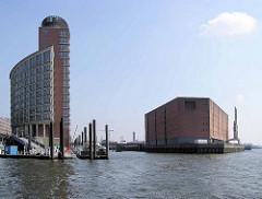 Einfahrt in den Hamburger Sandtorhafen - lks. Bürogebäude am Kehrwieder, re. der Lagerhaus / Kaispeicher A am Kaiserhöft.