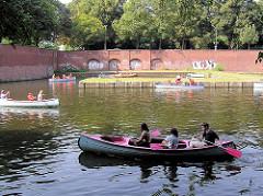 Kanus auf dem Goldbekkanal  in Hamburg Winterhude  - im Hintergrund der ehem. Anleger für Fahrgastschiffe an der Stadthalle.