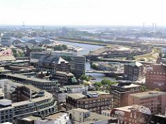 Luftaufnahme vom Hamburger Kontorhausviertel und der Ericusspitze mit Oberhafenkanal - im Hintergrund der Baakenhafen und die Norderelbe mit den Elbbrücken. (2004)