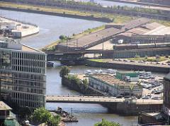 Luftaufnahme von der Ericusspitze in der Hamburger Hafencity - im Vordergrund die Oberbaumbrücke über den Zollkanal, dahinter die Ericusspitze mit Tankstelle und Parkplatz sowie der Ericussgraben und Oberhafenkanal.