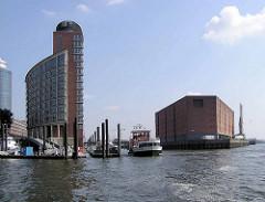 Einfahrt in den Hamburger Sandtorhafen - re. der Lagerhaus / Kaispeicher A am Kaiserhöft.