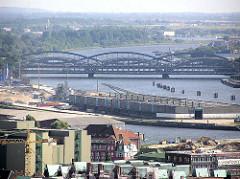 Luftaufnahme von den Lagerhäusern am Kirchenpauerkai an der Norderelbe - dahinter die Elbbrücken über den Hamburger Fluss.