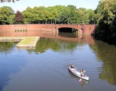 Blick von der Stadthallenbrücke auf das Ende vom Goldbekkanal  in Hamburg Winterhude  - Bootsanleger am Stadtparkhafen, Kanu in Fahrt. Im Hintergrund die Brücke der Saarlandstrasse und Durchfahrt zum Barmbeker Stichkanal.
