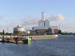Fotos von der Billwerder Bucht, ursprünglicher Verlauf der Hamburger Norderelbe bis 1879.  Blick zum Kraftwerk Tiefstack - im Vordergrund die Flussschifferkirche (2004).