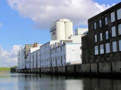 Siloanlage, Industriegebäude am Marktkanal in Hamburg Veddel. ( 2004 )