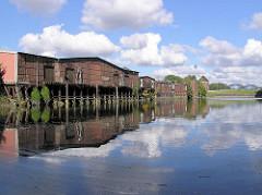 Teilweise denkmalgeschütze Lagerhäuser am Neuhäuser Damm / Marktkanal in Hamburg Veddel. ( 2004 )