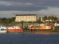 Fotos von der Billwerder Bucht, ursprünglicher Verlauf der Hamburger Norderelbe bis 1879. Bootssteg mit Arbeitsschiffen und Sportsbooten im Holzhafen - im Hintergrund ein altes Speichergebäude am Moorfleeter Deich..