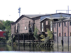Denkmalgeschütze Lagerhäuser am Neuhäuser Damm / Marktkanal in Hamburg Veddel. ( 2004 )