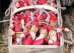 Korb voller Weihnachtsmänner - Weihnachtsmarkt in der Hansestadt Hamburg.