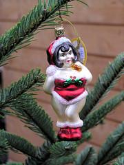 Leicht bekleidete Weihnachtsfrau - Weihnachtsmarkt in der Hansestadt Hamburg.