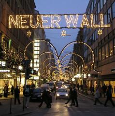 Weihnachtliches Hamburg - Weihnachtsbeleuchtung in der Luxus-Einkaufsstraße Neuer Wall in der Hamburger Innenstadt.