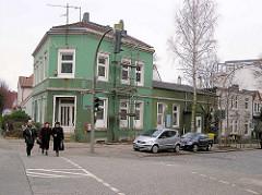 Blick  in die Ohlsdorfer Straße / Ecke  Himmelstraße  in Hamburg Winterhude; historische Bleicher-Häuser und Gründerzeitwohnblock. ( 2004 )