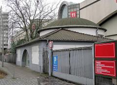 """Begräbniskapelle St. Petri in der St. Petersburger Strasse in Hamburg St. Pauli. Der Friedhof St. Petri wurde 1795 """"but'n dammtor"""" angelegt als die Grüfte in der Kirche St. Petri u. der Kirchhof belegt waren. Dieser Begräbnisplatz war fast 4 ha g"""