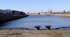 Blick über den Baakenhafen / Hafenbecken im Hafen Hamburgs - re. der Versmannkai, lks. Lagerschuppen am Petersenkai.