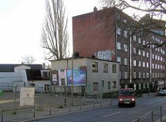 Mit Bauzäunen abgesperrtes Areal der ehemaligen  DEA Tankstelle an der Ohlsdorfer Straße in Hamburg Winterhude. (2005)