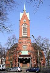 Blick zur Heiligengeistkirche in Hamburg Barmbek Süd; ein Gerüst steht an der Front der Kirche.