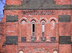 Kirchturm der Heiligengeistkirche in Hamburg Barmbek Süd; die Fenster sind zugemauert, die Kirche ist seit 2004 geschlossen.