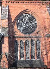 Glasfenster der  Heilig Geistkirche in Hamburg am Weg; die Kirche wurde 1903 nach einem Entwurf von Hugo Groothoff im neugotischen Stil erbaut und 2005 entwidmet.