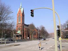Blick über die Hufnerstraße zur geschlossenen Heilig Geistkirche in Hamburg Barmbek - der neogotische Kirchenbau wurde 2005 entwidmet.