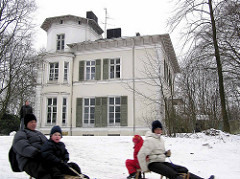 Schlittenfahrten im Winter - Historische Amsinck Villa im Amsinckpark von Hamburg Lokstedt; erbaut 1870 - Architekt Martin Haller.