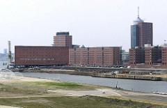 Blick über den Grasbrookhafen - im Vordergrund der Hübenerkai und auf der anderen Seite des Hafenbeckens der unbebaute Dalmannkai. Re. der Kaispeicher A und in der Bildmitte Bürogebäude am Sandtorkai / Kehrwieder.