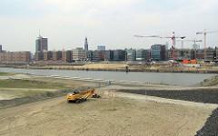 Blick über den leeren Grasbrookhaen zu den Bürogebäuden am Sandtorkai in der Hamburger Hafencity.