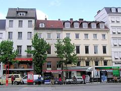 Fotos aus der Dammtorstraße in der Hamburger Neustadt - Innenstadt.  Bushaltestelle in der Dammtorstrasse - die dahinter liegende Häuserzeile ist zum Abriss vorgesehen - 08/2005.