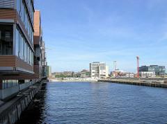 Blick über den Sandtorhafen im Hamburger Stadtteil Hafencity - im Hintergrund die Magellan-Terrassen. (2005)