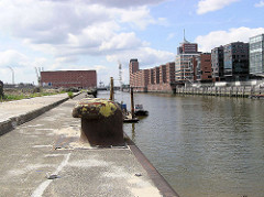 Blick über den Kaiserkai und dem Sandtorhafen zum Kaispeicher A, der zukünftigen Elbphilharmonie. (2005)