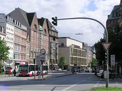 Fotos aus der Dammtorstraße in der Hamburger Neustadt - Innenstadt. Historische Architektur in Hamburg - im Hintergrund die Staatsoper, errichtet 1955 - Architekt Gerhard Weger; davor das Gebäude der Schwanenapotheke, gebaut 1912.