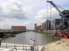 Blick von den entstehenden Magellan-Terrassen im Sandtorhafen zum Kaispeicher und der Norderelbe - Bürogebäude am Sandtorkai. (2005)