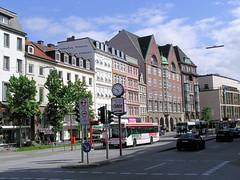 Fotos aus der Dammtorstraße in der Hamburger Neustadt - Innenstadt. Im Bildzentrum das hohe Backsteingebäude mit den spitz zulaufenden Dächern ist die ehem. Oberschuldirektion, die von dem Hamburger Oberbaudirektor Fritz Schumacher.