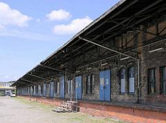 Altes Foto von einer Lagerhalle  mit Laderampen und Schiebetoren auf dem Gelände vom Güterbahnhof Hamburg Altona  (2005).