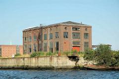 Alte Industriearchitektur / Ziegelgebäude ehem. Werftgelände am Reiherstieg im Hamburger Stadtteil Kleiner Grasbrook; jetzt abgerissen ( 2005).