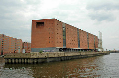 Der Kaispeicher A / ehem. Lagerhaus  auf dem Großen Grasbrook om der Hamburger  HafenCity.  In erster Ausführung wurde er 1875 durch Johannes Dalmann erbaut und zu Ehren Wilhelms I. auch Kaiserspeicher genannt. Nach Zerstörungen im Zweiten Weltkrieg