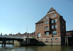 Historische Hafenarchitektur in der Hamburger Hafencity; Ericusbrücke am Ericusgraben.