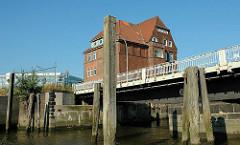 Ericusbrücke - Holzdalben im Ericusgraben; Hafencity Hansestadt Hamburg.